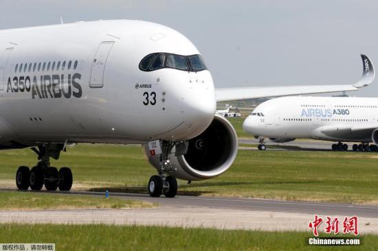 资料图:空客A350客机在跑道上。
