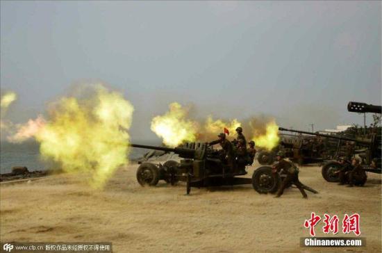 2015年6月18日消息,据朝鲜《劳动新闻》报道,金正恩近日视察朝鲜炮兵射击比赛,与士兵合影留念喜笑颜开。 图片来源:CFP视觉中国