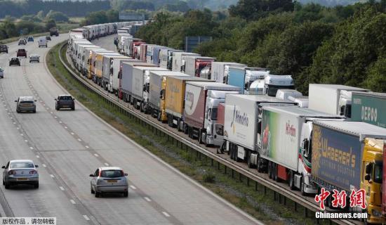 当地时间6月23日,英国多佛,从伦敦前往英吉利海峡隧道口的M20公路上,停靠着一排排的大卡车。工人的罢工行为导致英吉利海峡隧道口和渡轮码头全部暂停运营。
