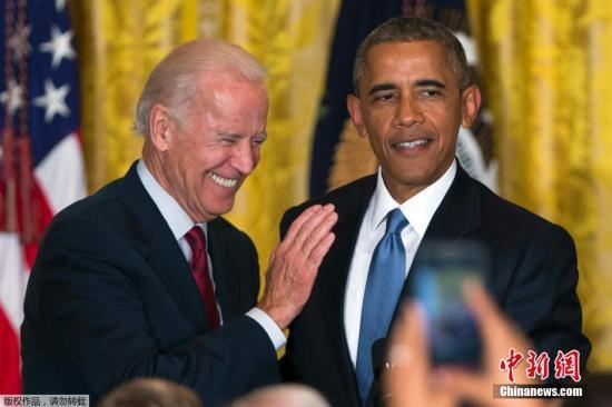 """当地时间2015年6月24日,美国华盛顿,奥巴马与拜登参加同性恋骄傲月白宫招待会。奥巴马在2010年时,将每年6月定为""""同性恋者、双性恋者和跨性别者(LGBT)骄傲月"""",奥巴马也成为美国历史上第一位公开支持同性婚姻的现任美国总统。图为奥巴马与拜登在招待会现场。"""