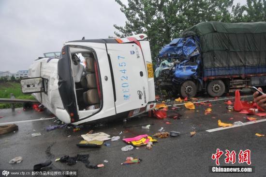 资料图:2015年6月26日,安徽芜湖,芜马高速发生一起重大道路交通事故。吴文 摄 图片来源:CFP视觉中国