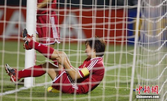 随着中国女足的频繁更换主教,再创黄金一代的佳绩似乎变得遥不可及,2003年世界杯0比1败给加拿大,2004年奥运会0比8惨败德国,铿锵玫瑰在那段时间变得暗淡无光。北京时间10月3日,在2003女足世界杯四分之一决赛中,中国女足0比1不敌加拿大队,图为孙雯拼尽全力冲顶未果,摔倒在球门内。   <a target='_blank' href='http://www.chinanews.com/'>中新社</a>发 刘占坤 摄