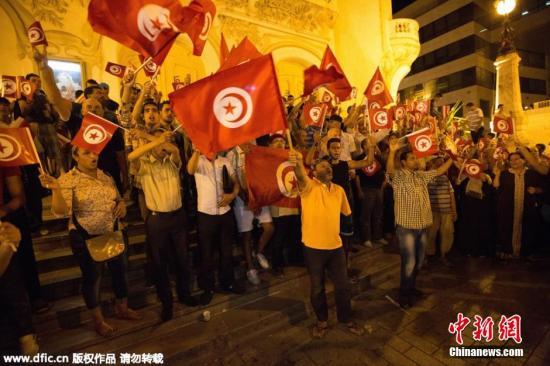 本地时刻2015年6月26日,突尼斯,大众举办会议,反对旅店攻击事情。据悉,突尼斯驰名旅行都会苏塞的一家旅店当天遭逢装备攻击,据突尼斯清洁部音讯,攻击已形成数十人受伤。图像来历:东方ic 版权着作 请勿转载
