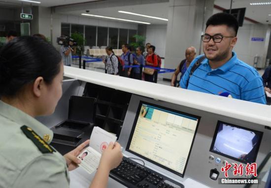 7月1日,搭乘MF880航班从台北桃园飞抵福州长乐国际机场的台胞刘刚玮在福州机场边检站办理办理入境手续时免签注,经过人像对照和核查证件有效无异常后顺利通关。大陆对台湾同胞免签注政策7月1日起正式实施。台胞持有效台湾居民来往大陆通行证(台胞证)即可经开放口岸来往大陆并在大陆停居留,无需办理签注。中新社发 刘可耕 摄