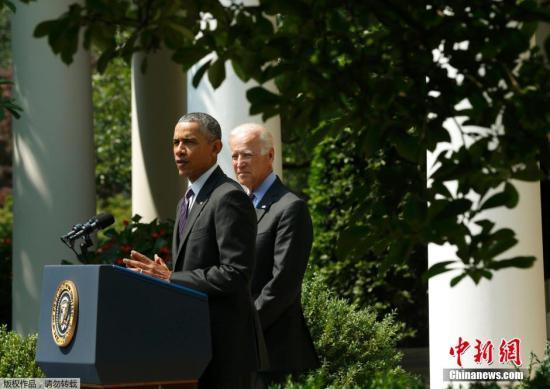图为奥巴马与拜登在白宫的玫瑰园发表这一具有历史意义的声明。1959年古巴革命胜利后,美国于1961年与古巴断绝外交关系,随后关闭使馆。次年,美国宣布对古巴实施经济、金融封锁和贸易禁运。
