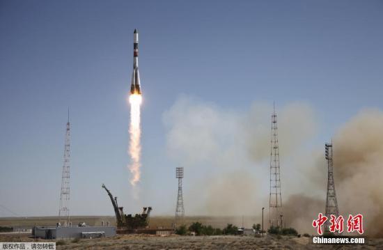 """资料图:俄罗斯""""进步M-28M""""号货运飞船从拜科努尔航天发射场发射升空。"""