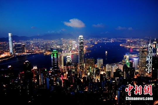 材料图:维多利亚港夜景。a target='_blank' href='http://www.chinanews.com/'中新社/a收 陈文 摄