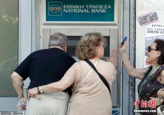 当地时间2015年7月5日,希腊雅典,希腊债务问题全民公投当日,民众自助取款机前排队取钱。