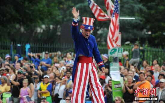 7月4日是美国独立日,全美各地的人们通过聚会、游行、烟花汇演等方式庆祝节日。美国首都华盛顿举行盛大游行活动,纪念独立日。图为游行活动现场。发 张蔚然 摄