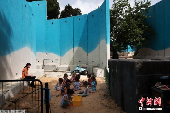 2015年7月6日报道,巴以冲突一周年前夕,以色列艺术家Eliasaf Myara为巴以边境的防空掩体绘制壁画。为保护国民免受巴方的火箭炮袭击,以色列国防部在加沙地带附近的城镇建了数百个混凝土防空掩体。