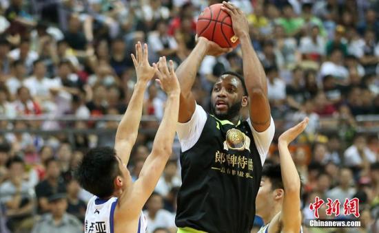 资料图:2015年麦迪篮球明星赛在南京奥体中心打响,由美国NBA球星麦迪领衔的明星队对阵江苏肯迪亚队,吸引了众多球迷前来一睹偶像的风采。泱波 摄