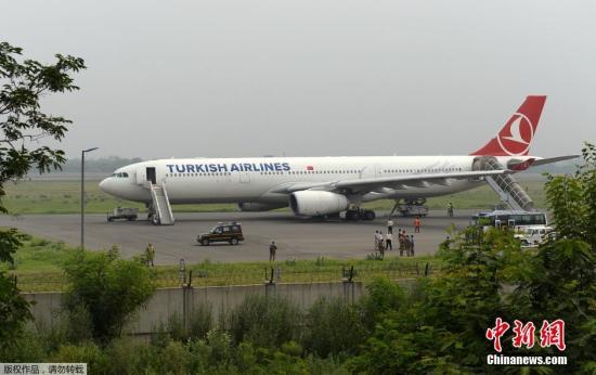 当地时间7月7日,印度新德里,土耳其航空一架空客A330客机因在飞机上的一个卫生间发现写有炸弹威胁的信息在印度新德里紧急降落。印度安全部队的一名发言人表示,飞机降落后,乘客被立刻撤出飞机。