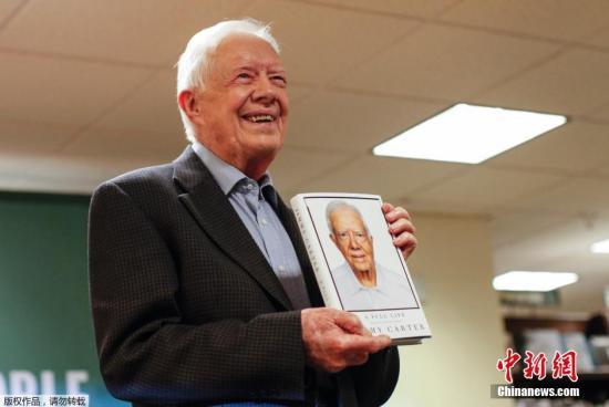 资料图:当地时间2015年7月7日,美国纽约,前总统吉米·卡特签售新书《我这一生:九十岁回忆录》(Full Life: Reflections at Ninety)。卡特于1977年至1981年任美国第39届总统,于2002年获得诺贝尔和平奖。