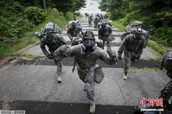 当地时间2015年7月8日,韩国议政府市,美军第23化学营的士兵参加技能测试比赛。美军第23化学营于2004年撤离韩国,后于2013年又派遣250士兵。图为23化学营的士兵们头戴防毒面具一路狂奔。