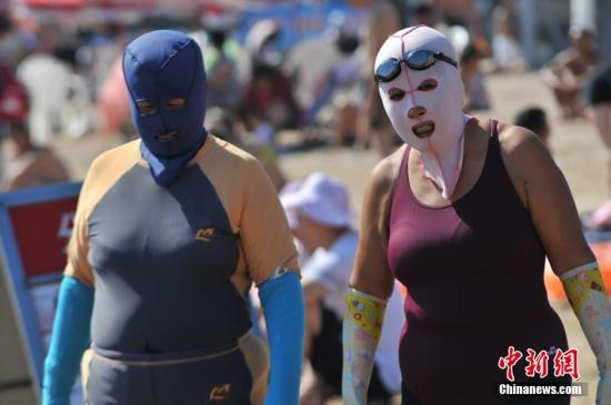 """戴着""""脸基尼""""头罩的大妈。<a target='_blank' href='http://www.chinanews.com/'>中新社</a>发 王海滨 摄 图片来源:CNSPHOTO"""
