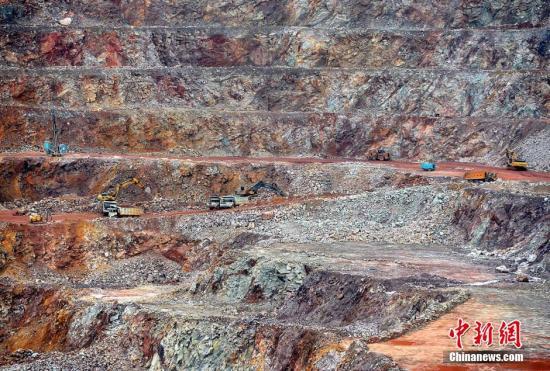 资料图:露天开采的紫金山金铜矿山。张斌 摄