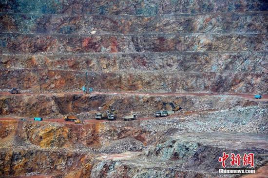 资料图:露天开采的紫金山金铜矿山,整个生产场面非常壮观。张斌 摄