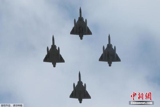 当地时间7月14日,法国在巴黎举行盛大阅兵式庆祝国庆日(巴士底日)的到来。图为4架幻影-2000D战机飞过巴黎上空。
