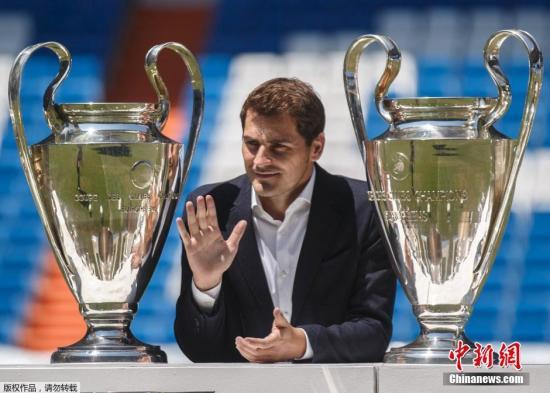 """7月13日,皇家马德里俱乐部在伯纳乌球场为卡西利亚斯举行了一场送别仪式。为俱乐部效力了25年的门将伊克尔卡西利亚斯离开皇马,转会葡超强队波尔图足球俱乐部。 现年34岁的卡西利亚斯1990年加入皇马青训体系,1999年首次亮相皇家马德里队,在为""""银河战舰""""效力的16个赛季中出战725场,获得19座奖杯。"""
