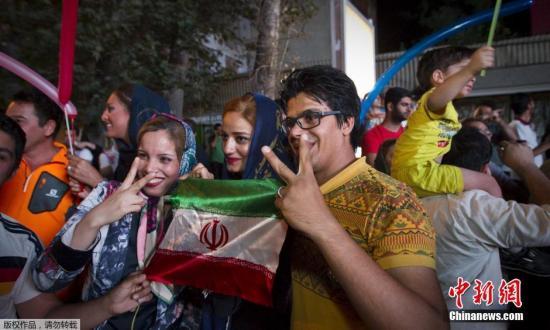 资料图:当地时间2015年7月14日,伊朗德黑兰,伊朗民众在街头欢呼雀跃,庆祝伊核问题谈判达成全面协议。据报道,伊朗核问题六国(美国、英国、法国、俄罗斯、中国和德国)与伊朗当天正式宣布就解决伊核问题达成一致,从而为延续了12年的伊核问题谈判带来实质性突破。