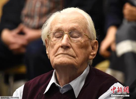 资料图:当地时间7月15日,德国吕内堡,前党卫军成员、现年93岁的奥斯卡·格勒宁接受法庭审批。