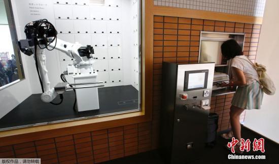 资料图:日本佐世保,一家名为Henn-na(海茵娜)的机器人酒店,该酒店由机器人组成服务团队。精通多种语言的仿人机器人作为前台迎接顾客,其他机器人完成上餐以及清洁等工作。该酒店的房门是通过人脸识别技术开门的。
