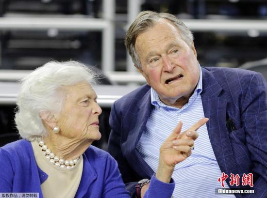 资料图:美国前总统乔治・HW・布什与夫人芭芭拉・布什。