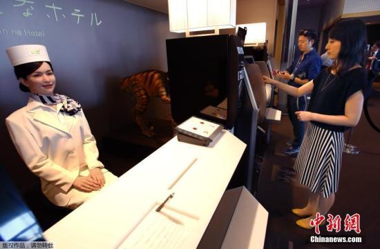 当地时间2015年7月15日,日本佐世保,一家名为Henn-na(海茵娜)的机器人酒店计划于17日开业,该酒店由机器人组成服务团队。精通多种语言的仿人机器人作为前台迎接顾客,其他机器人完成上餐以及清洁等工作。该酒店的房门是通过人脸识别技术开门的。