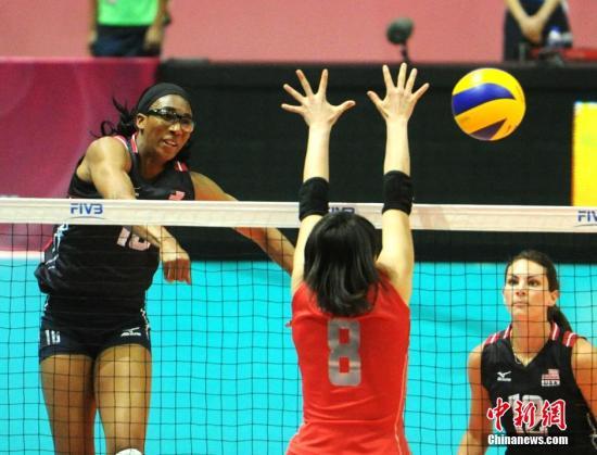 7月16日,2015年世界女排大奖赛香港站晚上在香港体育馆开锣。首场赛事由美国队与日本队(红衣)对碰。发 谭达明 摄