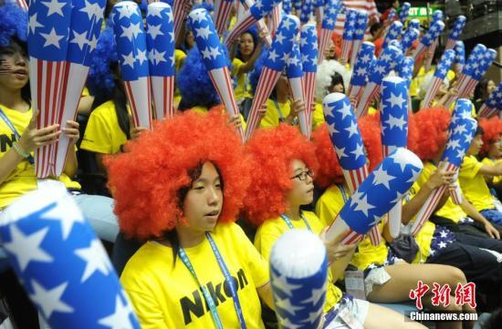7月16日,2015年世界女排大奖赛香港站晚上在香港体育馆开锣。首场赛事由美国队与日本队对碰。图为有啦啦队为参赛球队喝彩打气。发 谭达明 摄