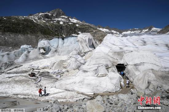 """瑞士阿尔卑斯山再现""""怪现象"""":冰川披上了油布"""