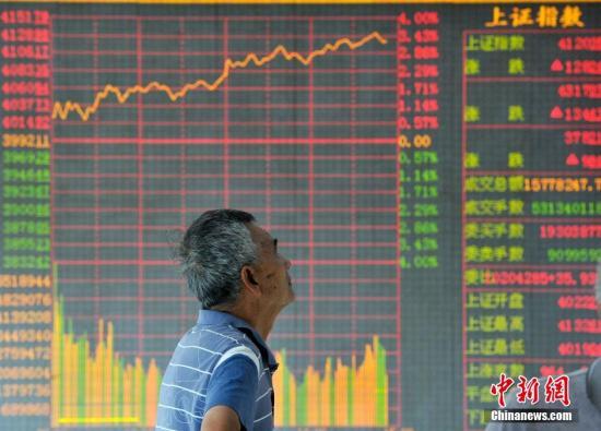 7月23日,山西太原一证券交易所,股民关注沪指大盘走势。当日沪指强势拉升,呈单边上扬趋势,冲上4100点最高至4132.61点。截止当日收盘,沪指报4123.92点,涨97.88点,涨幅2.43%,深成指报13754.53点,涨337.99点,涨幅2.52%。两市近300股涨停,沪指已连续六天收阳。 <a target=