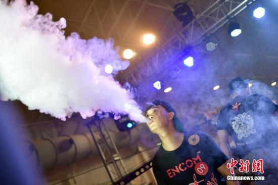 资料图:年轻人吸食电子烟。中新网记者 金硕 摄
