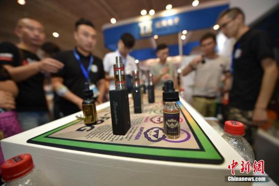 近日,首届北京电子烟展将在北京老国展拉开序幕。来自国内外的300余家低中高档电子烟杆、烟油、雾化器生产制造厂商带来的各类展品为观众展示了顶尖品牌、品质优良、最新创意且极具价格优势的电子烟及周边产品。观众不仅可以免费体验品尝,还可以参加现场举办的无限制蒸汽大赛等活动。中新网记者 金硕 摄