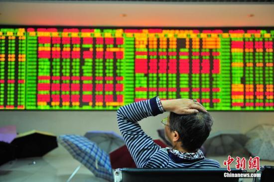 资料图:证券公司交易大厅里的股民。中新社发 刘冉阳 摄
