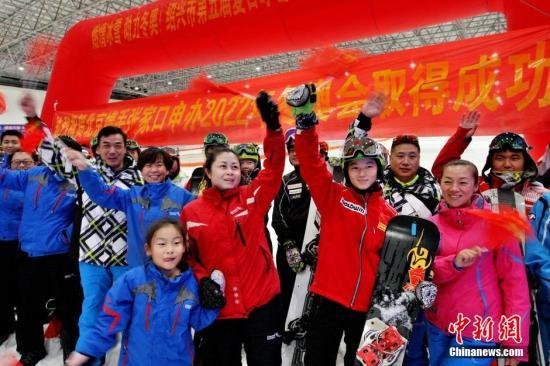 7月31日傍晚,国家滑雪队运动员、滑雪爱好者在浙江绍兴乔波冰雪世界滑雪馆,庆祝北京冬奥会申办成功。中新社发 袁云 摄