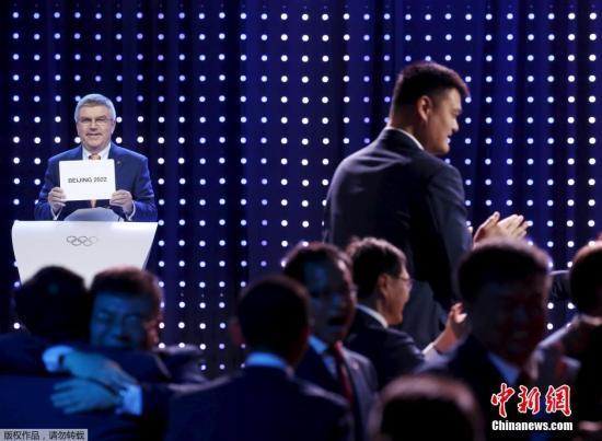 资料图:当地时间2015年7月31日,马来西亚吉隆坡,国际奥委会第128次全会投票决定,北京成为2022年冬季奥运会举办城市。这也使得北京也成为第一个承办过夏奥和冬奥的城市。图为姚明鼓掌庆祝北京成功申办2022年冬奥会。