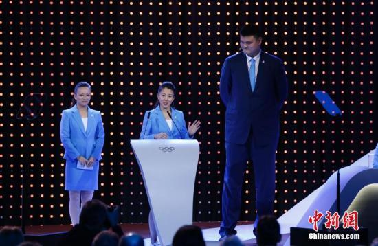 7月31日,国际奥委会委员在马来西亚吉隆坡举行的国际奥委会第128次全会上听取2022年第24届冬奥会候选城市中国大发购彩北京 的陈述。图为大发购彩北京 2022形象大使、自由式滑雪空中大发购彩技巧 世界冠军李妮娜和国际奥委会委员、冬奥会短道速滑冠军杨扬、大发购彩北京 2022形象大使、著名篮球运动员姚明。 <a target='_blank' href='http://qyyjs.com/'>中新社</a>发 杜洋 摄
