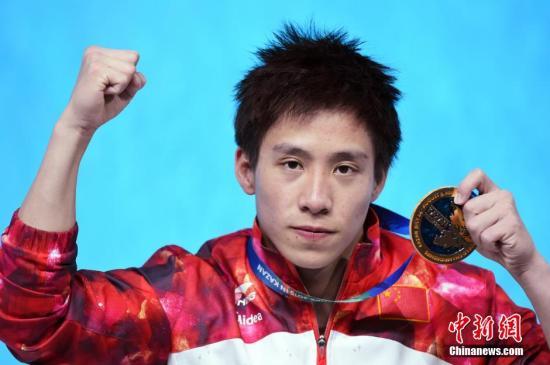 资料图:第16届国际泳联世锦赛跳水男子三米板决赛何超夺冠后挥拳庆祝。 中新社发 侯宇 摄