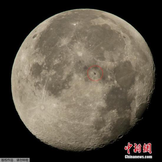 当地时间2015年8月2日,美国弗吉尼亚州Woodford,NASA发布载有6人的国际空间站以大约五英里每秒的速度飞越月球表面的图片。