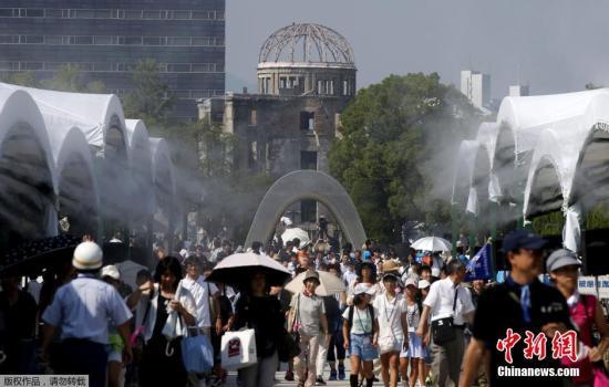 资料图:大批游客前往日本广岛和平纪念公园为核爆炸遇难者祈祷。