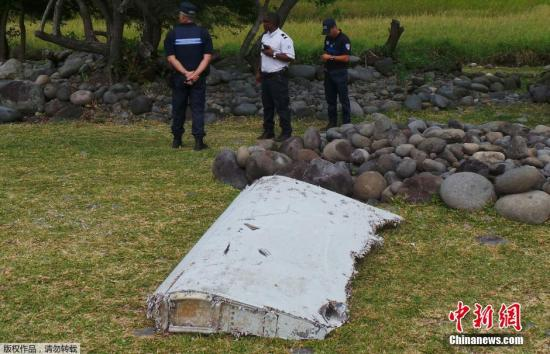 当地时间7月29日,在该岛海岸线上发现飞机残骸。