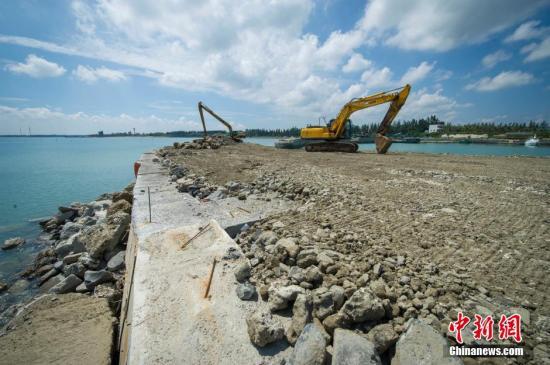 资料图:海南一企业擅自填海造码头建工厂。骆云飞 摄