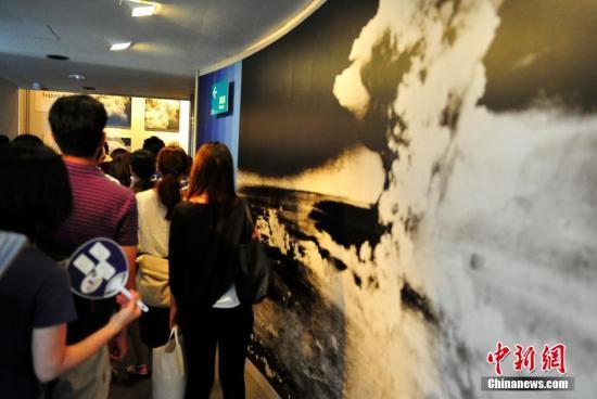 材料图:2015年8月6日是日本广岛遭受本枪弹爆炸70周年。浩瀚市平易近一年夜早便离开市中间的战争公园,吊唁昔时罹难者,祈员惩仄。 王健 摄