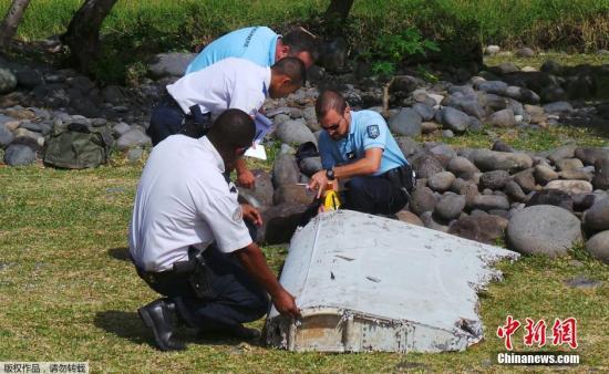 资料图:在法属留尼旺群岛海岸线上发现的MH370残骸。