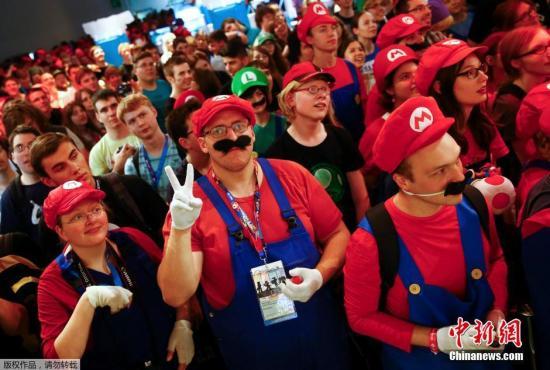 资料图:当地时间2015年8月6日,德国,2015科隆游戏展上,大批玩家集体扮演成马里奥兄弟,以纪念该游戏诞生30周年。