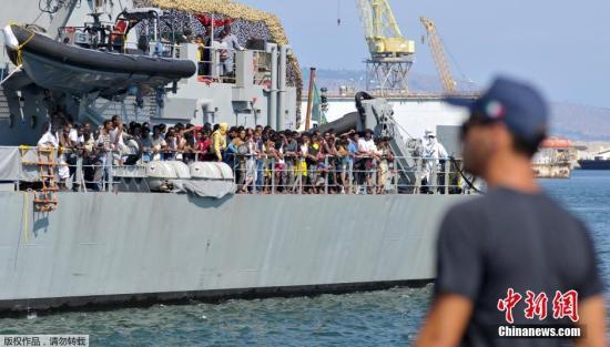 当地时间2015年8月6日一艘据信搭载大约700名非法移民的船只5日在利比亚附近的地中海海域沉没。