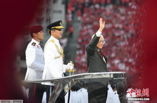 8月9日,新加坡举行金禧国庆庆典,庆祝独立50周年。图为新加坡总统向民众致意。