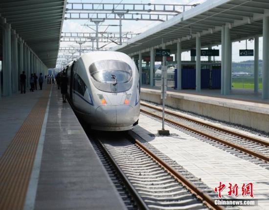 """资料图:国庆、中秋""""双节""""重叠构成8天""""超级假日""""。沈阳铁路局27日发布消息,该局从28日启动""""双节""""假期旅客运输,到10月8日结束。 张瑶 摄"""