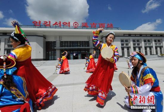 记者体验列车驶入延吉西站,当地民众跳起朝鲜族舞蹈。 张瑶 摄
